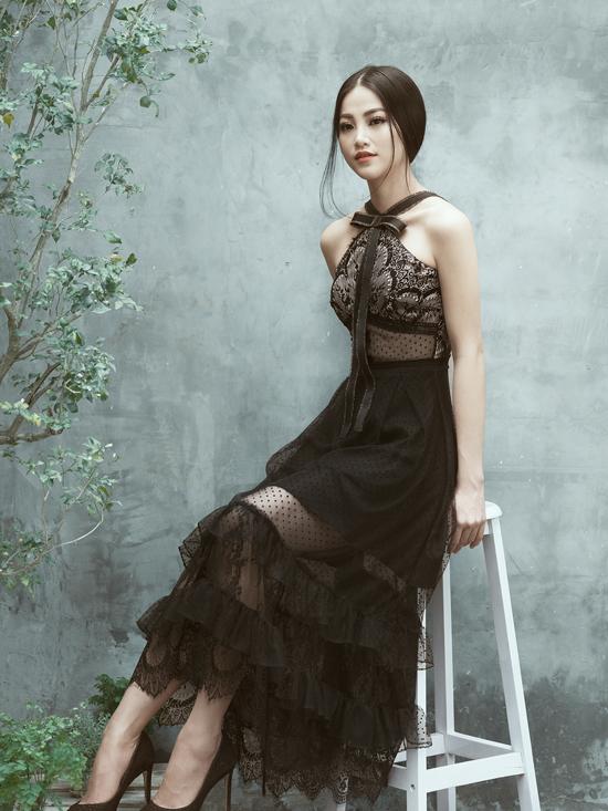 Váy cổ yếm trở nên duyên dáng hơn bởi cách phối hợp dải nơ dài.