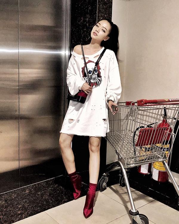Bằng Di với phong cách cá tính khi diện váy thun rách cùng túiChanel Gabrielle Bag đồng điệu cùng bốt vải nhung.