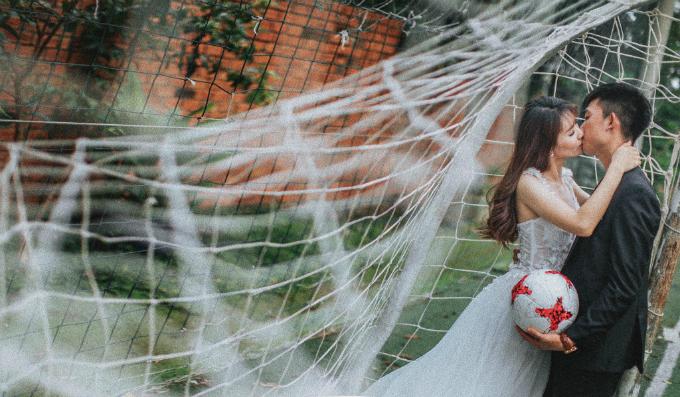 Không cần quần áo quá nổi bật, bối cảnh lãng mạn,tình cảm mà đôi trẻ thể hiện trong hình cưới cũng đủ nói lên phần nào hạnh phúc mà họ đang sở hữu.