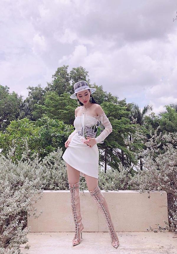 Khi diện váy ren trắng hợp mốt mùa hè, người đẹp giúp mình ấn tượng hơn bởi cách mix các phụ kiện mũ rộng vành, sandal chiến binh và túi trên chất liệu nhựa trong.