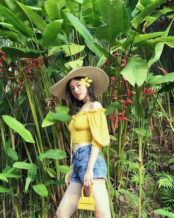 Khánh Linh The Face chọn cách phối màu đồng điệu cho áo trễ vai và mẫui túi Le sac Chiquito của thương hiệu Jacquemus.