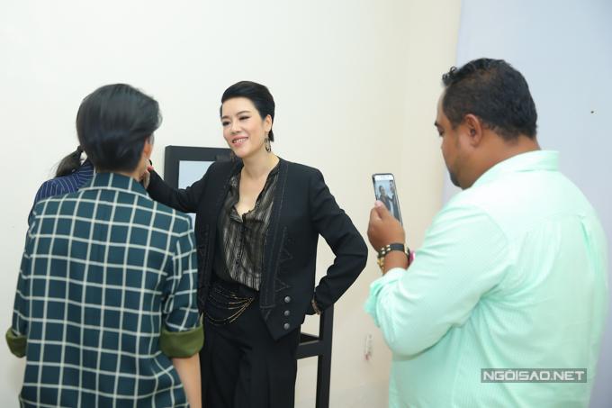 Dung Taylor xach tui cho Thu Phuong di quay The Voice
