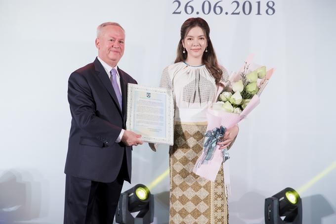 Mẹ đẻ có mặt chúc mừng Lý Nhã Kỳ ngày ra mắt Lãnh sự danh dự Rumani 4