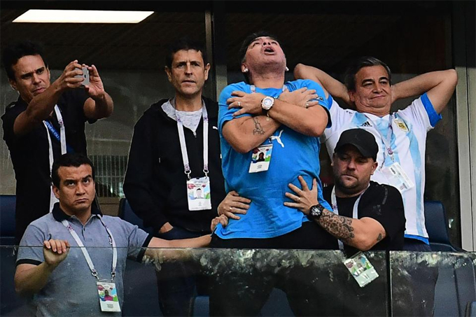 Hình ảnh: Maradona phải nhập viện vì sự quá khích sau chiến thắng của Argentina số 1