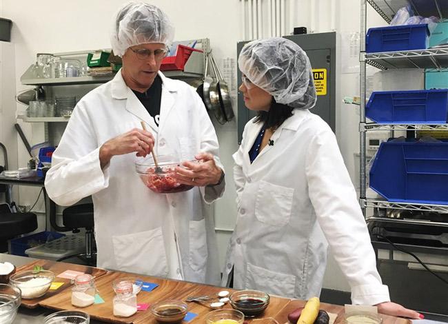 Tiến sĩ Patrick Brown cùng đồng sự tại phòng nghiên cứu công thức của Impossible Food. Ảnh: Money.