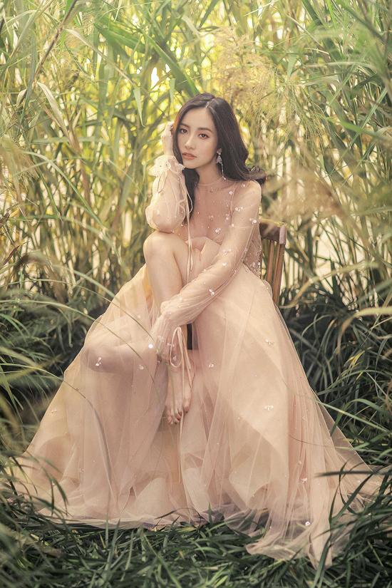 Jun Vũ diện váy ren tôn vẻ đẹp mảnh mai - 8
