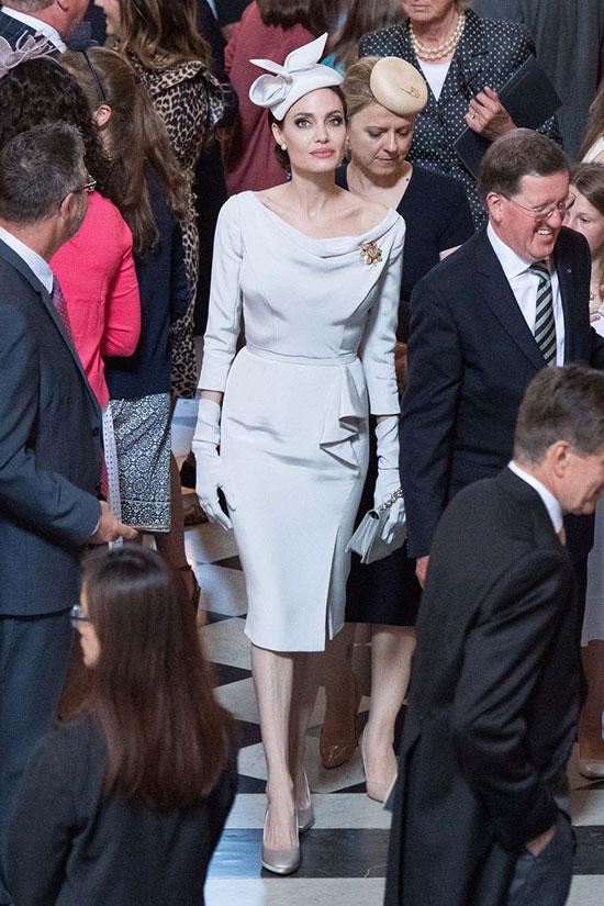 Bà Smith nổi bật giữa các khách mời.
