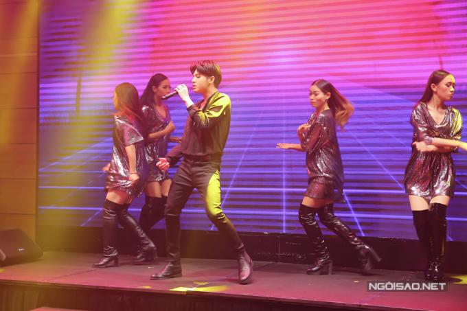 Noo Phước Thịnh biểu diễn ca khúc mới trong buổi ra MV.