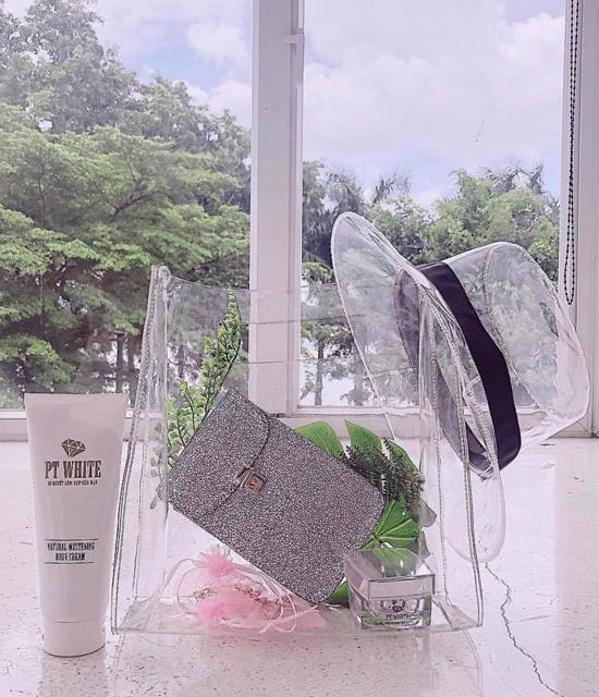 Ngoài túi nhựa, Angela Phương Trinh còn chọn mũ, bốt trong suốt để mix đồ ton - sur - ton.