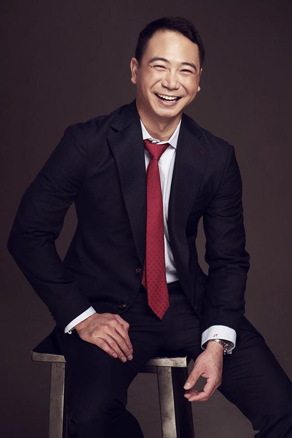 Tuấn John quen biết nhiều người đẹp, ngôi sao trong showbiz Việt. Anh từng công khai hẹn hò và lặng lẽ chia tayvớiÁ hậu 3 Hoa hậu Quốc tế 2015 Thúy Vân trước khi đến với Lan Khuê.