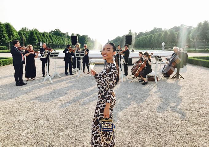 Doan Trang cung chong Tay du lich chau Au