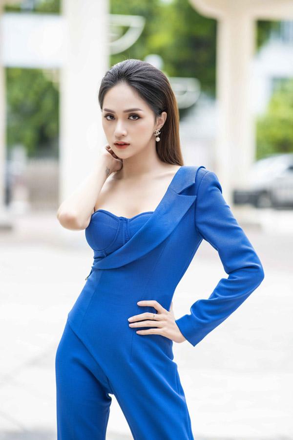 So với thời điểm chưa đăng quang, Hương Giang sút cân khá nhiều. Cô tiết lộ cân nặng hiện tại chỉ còn 46-47kg, còn trước đây, cô duy trìcân nặng ở mức 52kg.