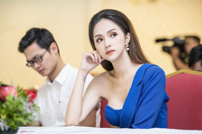 Trong chiều qua, Hương Giang đã chia sẻ câu chuyện của bản thân, đặc biệt là danh hiệu cô đạt được. Cômong mỏilàm được nhiều điều có ích cho cộng đồng người chuyển giới.