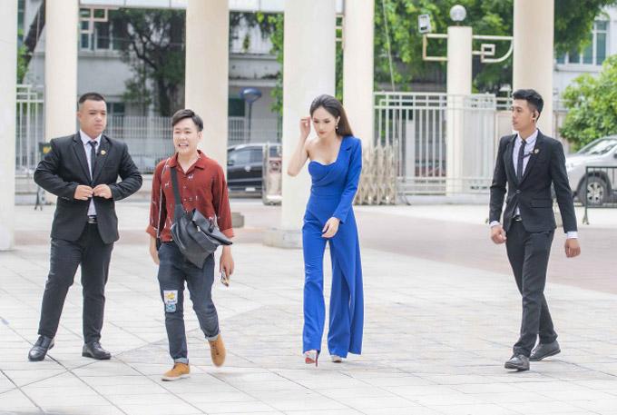 Hôm qua (28/6), Hương Giang bay ra Hà Nội để tham giachương trình Lắng nghe người chuyển giới. Đây là một trong những hoạt động mà người đẹp rất quan tâmbởi cô muốnđấu tranh cho người chuyển giới có được sự bình đẳng ở Việt Nam.
