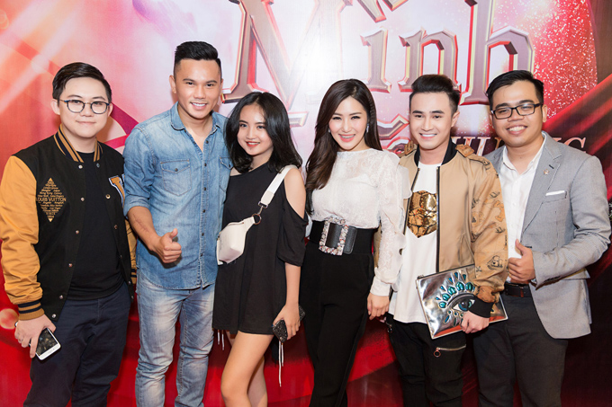 Đạo diễn 9X Kawaii Tuấn Anh (ngoài cùng bên phải) lần thứ 8 giúp Hương Tràm làm MV. Anh chụp ảnh cùng nữ ca sĩ và các khách mời tới chung vui với cô.