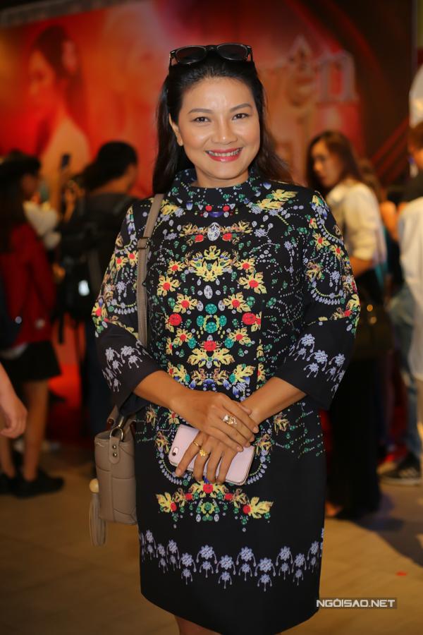 Diễn viên Kiều Trinh thay con gái Thanh Tú dự sự kiện. Thanh Tú đóng nữ chính trong MV Duyên mình lỡ. Cô đang bận công tác ở Singapore nên không về được.
