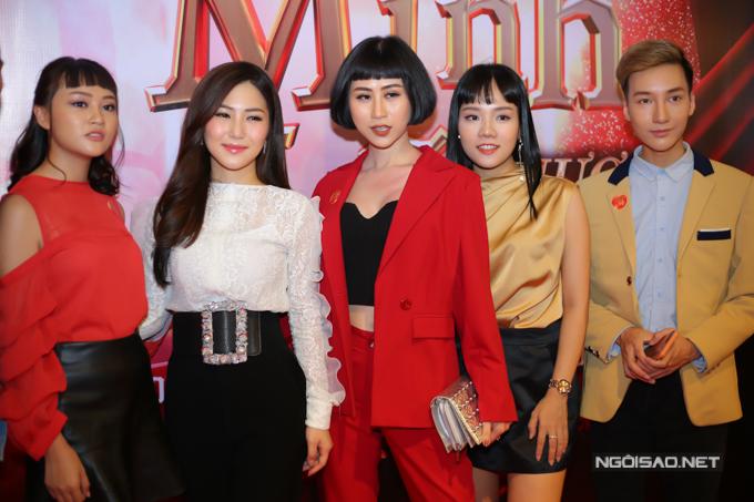 Hương Tràm vui vì buổi ra mắt MV có sự tham gia của đông đủ học trò, đàn em thân thiết với cô.