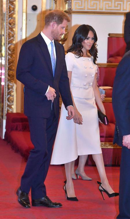 Vợ chồng Harry được nhận xét đẹp đôi khi tham dự lễ vinh danh các nhà lãnh đạo trẻ của khối Thịnh vượng chung tối 26/6. Ảnh: PA.