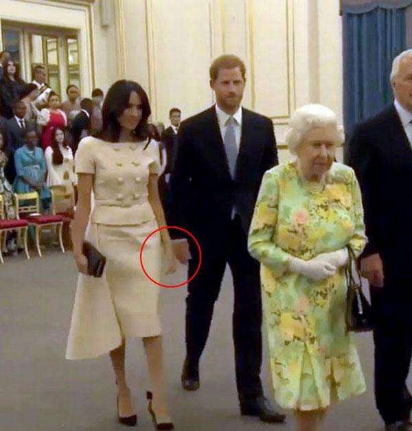 Harry vờ như không biết vợ muốn nắm tay và vẫn bước đi thẳng. Ảnh cắt từ video.