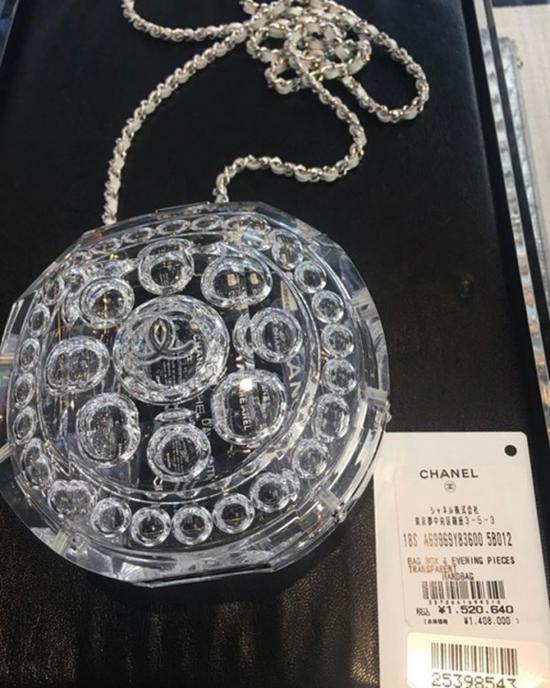 Mai Phương Thuý không tiếc tiền khi chi gần 300 triệu để sở hữu mẫu túi mini chỉ đựng vừa cây son của Chanel.