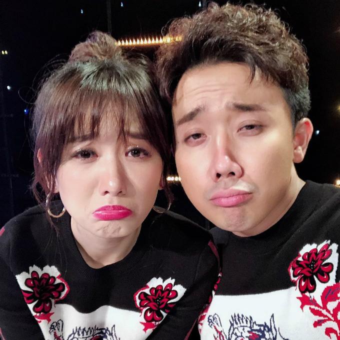 Trấn Thành và Hari Won làm mặt xấu trong hậu trường một buổi quay hình gameshow.
