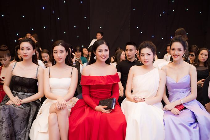 Dan Hoa hau A hau chung dien di xem show cua NTK Ha Duy