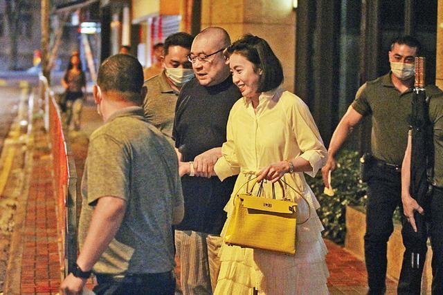 Ty phu 68 tuoi Hong Kong duoc vo tre diu khi ra pho hen ho