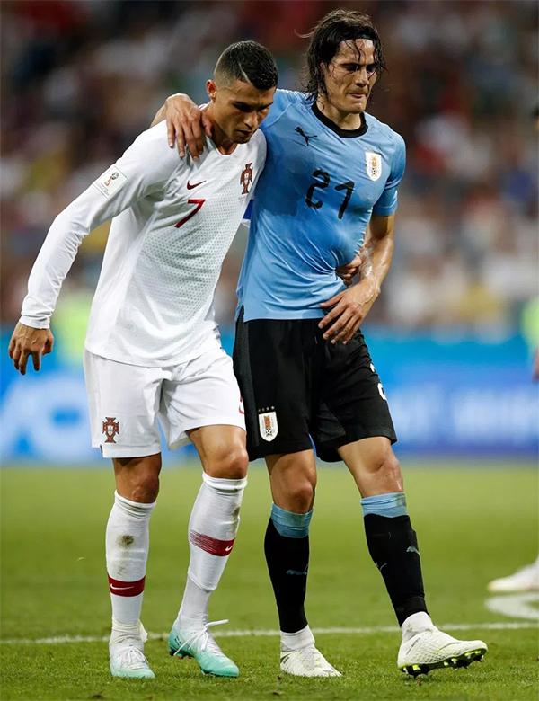 Khoảnh khắc C. Ronaldo giúp đỡ Cavani ngay sau đó thu hút rất nhiều bình luận trên mạng xã hội. Khoảnh khắc đẹp nhất của World Cup 2018 cho tới lúc này. Cristiano Ronaldo dìu Cavani bị thương rời sân, trang Twitter FIFA World Cup viết.