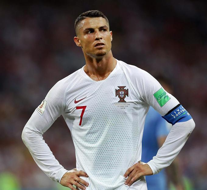 Gương mặt buồn bã, tiếc nuối của C. Ronaldo sau trận đấu. Năm nay đã 33 tuổi, có lẽ CR7 không còn cơ hội giành chức vô địch World Cup cùng tuyển Bồ Đào Nha - danh hiệu lớn duy nhất anh còn thiếu trong sự nghiệp.