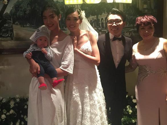 Nguyễn Oanh bế con của vợ chồng Nguyễn Hợp trong tiệc cưới.