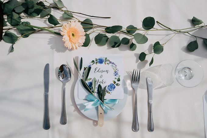 Tất cả các vị khách đều được tặng một chiếc quạt giấy in tên hai vợ chồng với màu xanh đặc trưng.