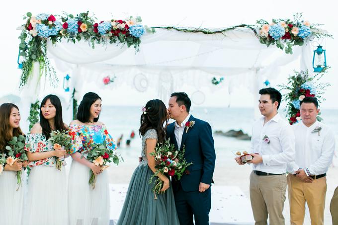 Dàn phù dâu được yêu cầu mặc váy hoa xanh trắngcòn dàn phù rể mặc sơ mi trắng.