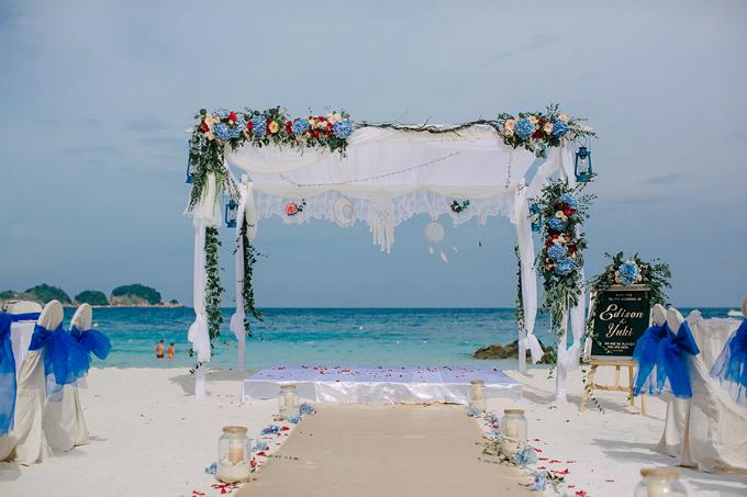 Nơi uyên ương trao nhau lời thề trọn đời được trang trí bởi hoa hồng đỏ, hồng phớt, cẩm tú cầu và dây leo. Sắc xanh và đỏ nêu bật được phong cách có chút bụi bặm, nhưng vẫn mang vẻ cuốn hút cho đám cưới.