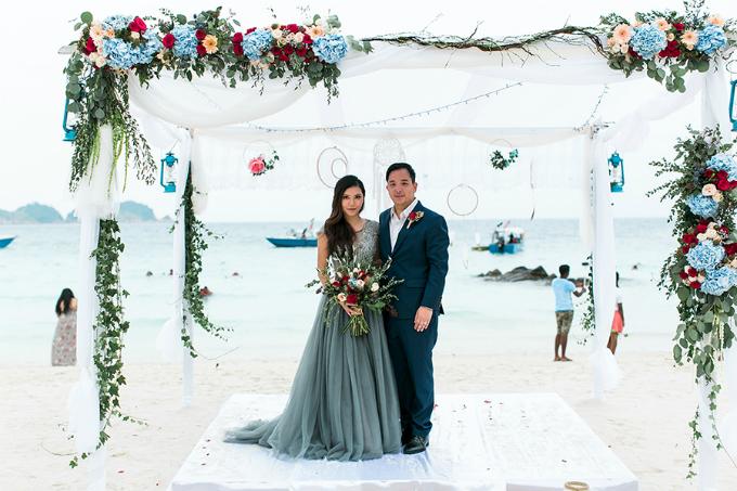 Cả hai chọn bảng màu cho hôn lễ gồm: xanh biển (dusty blue), đỏ, màu be và xanh lá cây . Sự hòa trộn giữa sắc màu nóng và lạnh cũng là sự kết hợp hoàn hảo nhất, bởi chúng sẽ tạo sự kịch tính và hấp dẫn ánh mắt hơn bất kỳ sự kết hợp nào khác. Tưởng chừng sắc màu này chỉ dành cho mùa thu, nhưng thực tế, nó có thể phù hợp với đám cưới vào bất kỳ mùa nào trong năm.