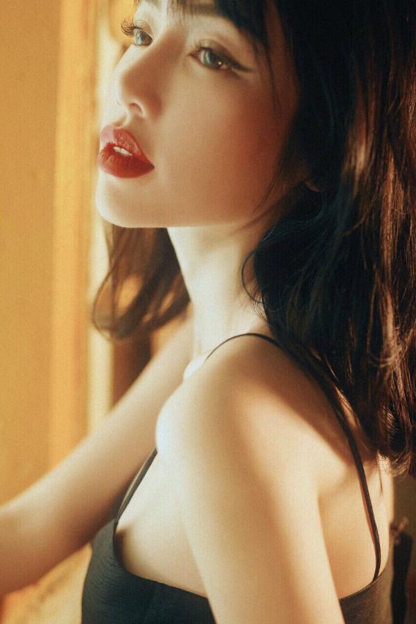 Đầu tư cho bộ ảnh, Elly Trầnkhông ngần ngại cạo bớtlông mày để theo đuổi cách làm đẹp mới, dùcó hàng mày rậm tự nhiên.