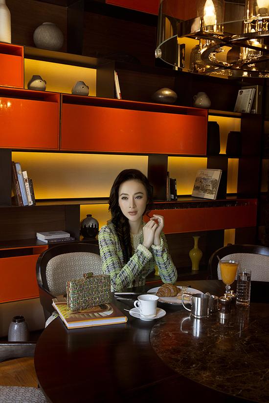 Công Trí là người trực tiếp chọn trang phục và tạo phong cách cho Angela Phương Trinh trong buổi chụp ảnh. Anh chia sẻ: Phương Trinh thể hiện rất gần với hình dung của tôi về người phụ nữ sẽ diện những thiết kế trong bộ sưu tập Coco yêu dấungoài đời thực.