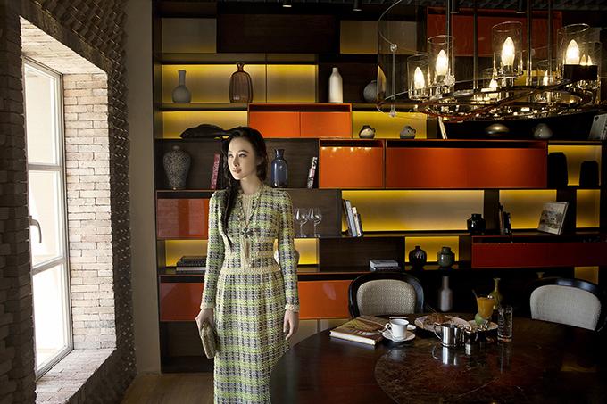 Một cô gái trẻ trung nhưng toát ra thần thái lịch thiệp, trang nhã, nhanh nhạy với xu hướng mới nhưng vẫn dành tình yêu cho những giá trị truyền thống. Nhà thiết kế mong muốn chiếc áo dàisẽ được phụ nữ Việt mạnh dạn lựa chọn để diện mặc trong nhiều dịp hơn.