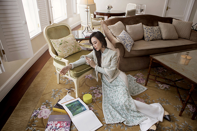 Áo dài Việt những chi tiết biến tấu từ chiếc áo khoác vải tweed trứ danh của Madame Coco nhưsợi xích kết ngọc trai dọc theo vạt áo, chất liệu tweed thượng hạng cùng những bông hoa trà điểm xuyết theo đường chần quả trám