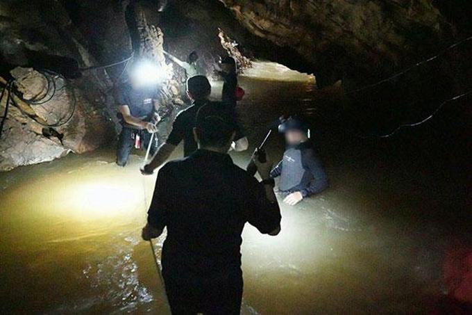 Cứu hộ đi sâu vào bên trong khu vực hang Tham Luang để tìm kiếm đội bóng. Ảnh: ThaiSEAL Facebook.