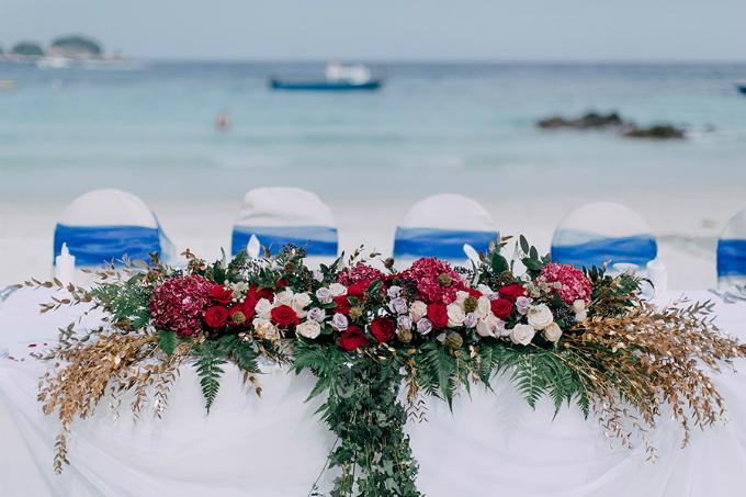 Yuki bật mí: Với những cô dâu, chú rể muốn tổ chức hôn lễ bãi biển, bạn nên có kế hoạch B dù chương trình dự báo thời tiết nói rằng ngày đó trời đẹp. Những ngày trước hôn lễ của cô, trời đổ mưa nặng hạtvà resortđã sắp xếp không gian trong nhà để kháchmời thưởng thức các bữa ăn cho đến khi mưa tạnh.