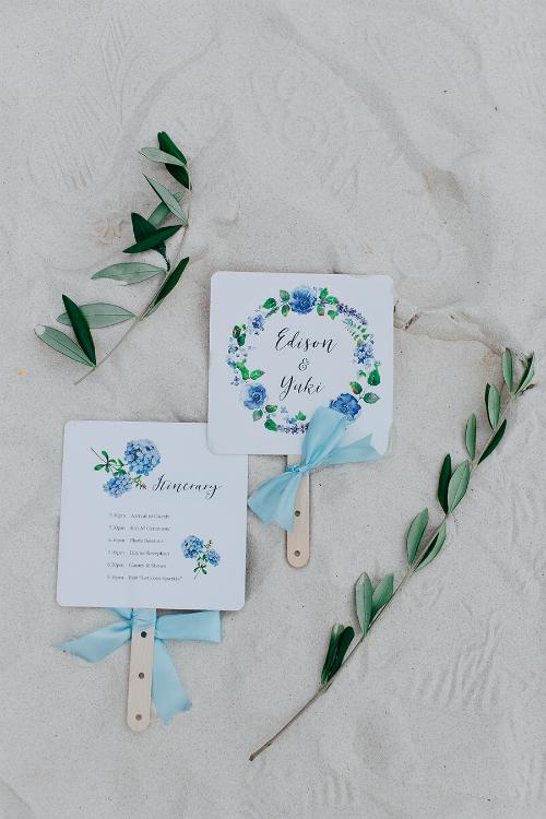 Mỗi chiếc quạt giấy đều ghi cụ thể lịch trình của hôn lễ. Cô dâu cho rằng các đôi mới cưới cần yêu thương, chịu khó trò chuyện và tin tưởng lẫn nhau để có một cuộc hôn nhân bền vững.