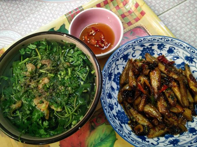 Nồi cá kho nóng hổi cùng đĩa rau tập tàng hái sau vườn hoặc tô canh rau thanh mát luôn hiện diện trong từng bữa cơm ấm cúng của mỗi gia đình người dân quê tôi.