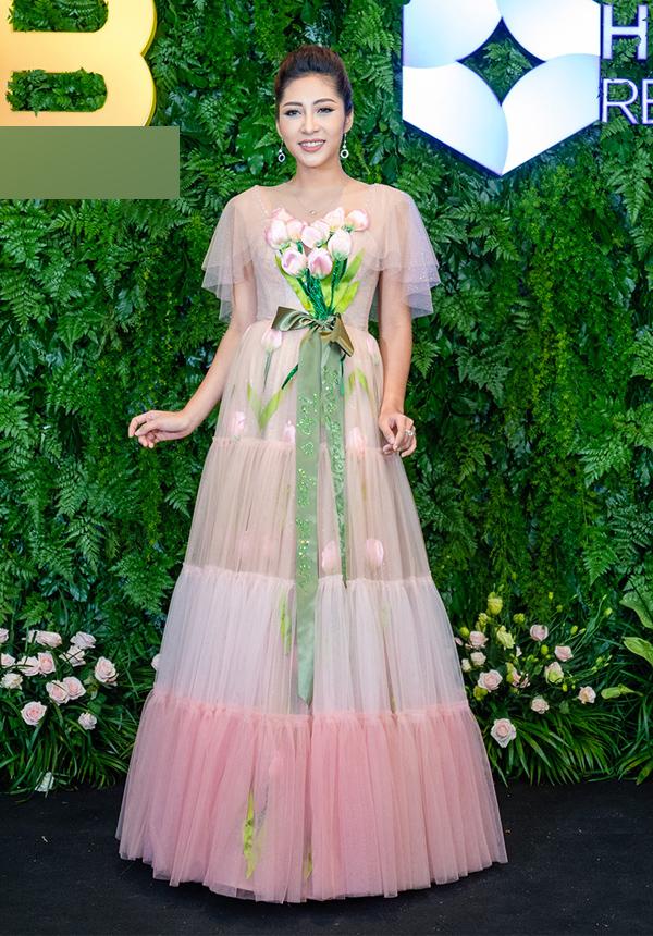 Hoa hậu Đại dương 2014 Đặng Thu Thảo lộng lẫy như công chúa với váy voan, điểm nhấn là họa tiết bó hoa trên ngực.