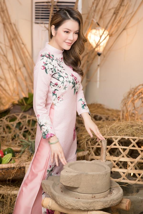 Ly Nha Ky dien ao dai du su kien o Hoi An