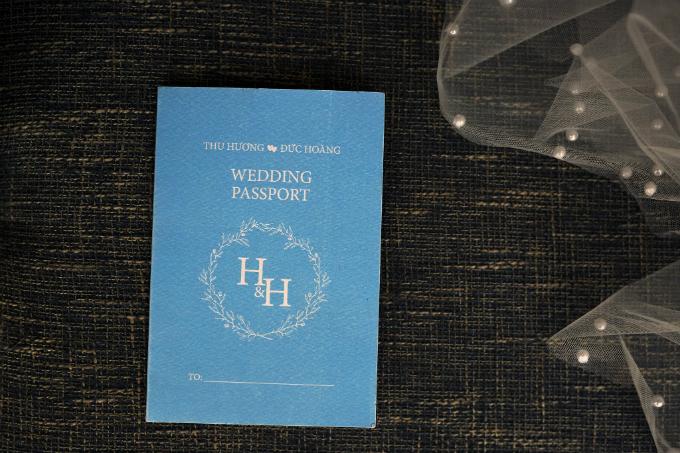 5. Thiệp cưới hộ chiếu (passport)giúp cô dâu chú rể gửi gắm những thông điệp ngọt ngào về hôn lễ đến người thân và bạn bè, đặc biệt phù hợp với những đôi yêu thích khám phá và du lịch. Khi các vị khách nhận được lời mời, họ sẽ có cảm giác được mời đến một chuyến du hành tình yêu ngọt ngào của uyên ương. Cô dâu Thu Hương và chú rể Đức Hoàng chọn tông màu xanh baby cho thiệp cưới và tối giản các chi tiết trang trí.