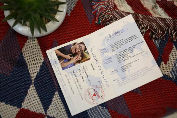 Do tổ chức wedding weekend - sự kiện đám cưới diễn ra trong 3 ngày nên uyên ương ghi chú trong tấm thiệp chi tiết về lịch trình cũng như các lưu ý dành cho khách mời. Mẫu thiệp có ảnh của uyên ương và bố cục được bài trí giống y hệt một cuốn hộ chiếu thực thụ.