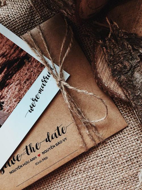 Phong bì được thiệp cưới mang phong cách đơn giản, sử dụng phông chữ viết tay lãng mạn.
