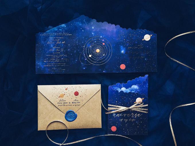 Khi mở hết tấm thiệp, khách mời sẽ nhìn thấy hình ảnh mô phỏng hai hành tinh trong vũ trụ. Bên phía tay trái là các thông tin cơ bản của hôn lễ như ngày giờ, tên cô dâu chú rể, địa điểm.