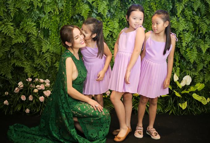 Ba con gái xinh xắn của Hoa hậu quý bà hòa bình thế giới 2017 cũng dự sự kiện này.