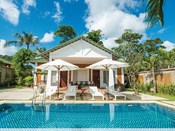 Famiana Resort & Spa Phú Quốc có khuôn viên rộng khoảng 4 ha với bãi biển riêng tuyệt đẹp. Khu nghỉ dưỡng này gồm 100 phòng, chia làm hai khu Beach & Spa và Green Villa được thiết kế theo phong cách bungalow, villa riêng biệt, thích hợp cho những nhóm bạn bè hoặc gia đình với không khí ấm cúng nhưng vẫn đảm bảo sự riêng tư. Giá từ 1,46 triệu đồng đến 12,719 triệu đồng.